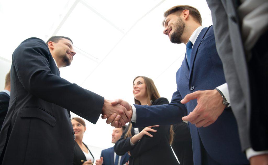 Imagen de un acuerdo en el stand de una Asesoría franquicias en Expofranquicias
